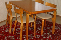 800px-Aalto_table_and_chairs1